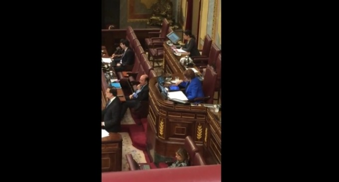 [Vídeo] Celia Villalobos juega al Candy Crush en el Congreso mientras habla Rajoy