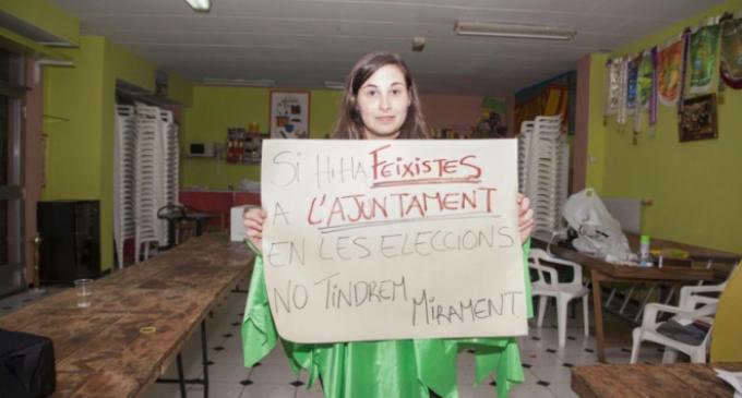 Expulsan a una fallera de los actos oficiales por mostrar una pancarta antifascista