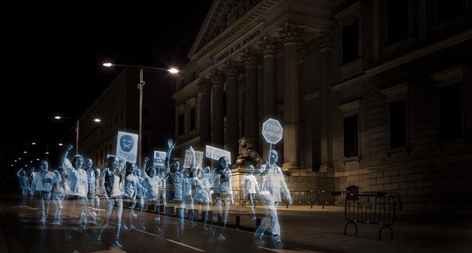 Miles de hologramas protestan contra la 'Ley Mordaza' frente al Congreso