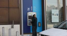 Grecia sube el IVA y reabre sus bancos todavía bajo restricciones