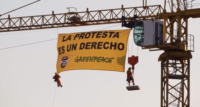 Activistas de Greenpeace denuncian la Ley Mordaza ante el Congreso