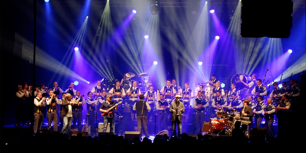 "Interceltique 2014 | Fotografía: ""Le spectacle Fest-Rock avec Red Cardell et Bagad Kemper au Festival Interceltique de Lorient, le 8 août 2014."" by Kergourlay Licensed under CC BY-SA 4.0 via Wikimedia Commons"