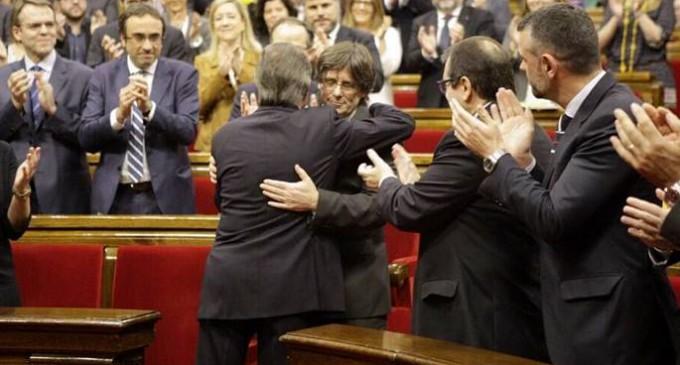 """Puigdemont renuncia a su cargo de alcalde y destaca su """"lealtad"""" a Mas"""