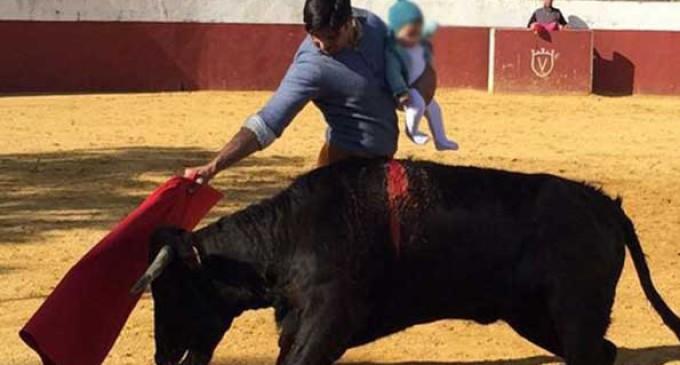El Defensor del Menor estudia actuar contra Rivera por torear con su hija