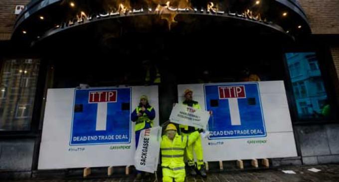 "Greenpeace se encadena: ""TTIP, acuerdo comercial, callejón sin salida"""