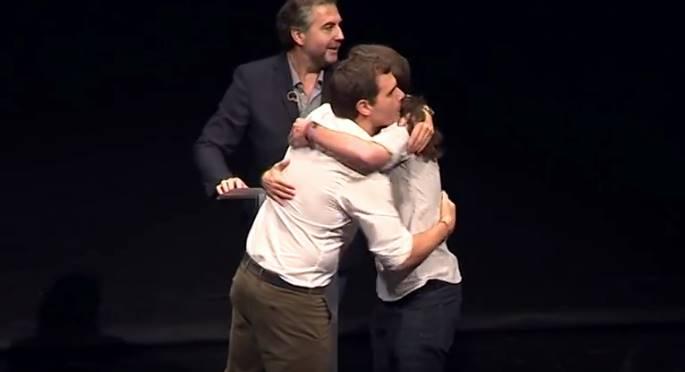 Pablo Iglesias y Albert Rivera se abrazan tras un debate de precampaña en la Universidad Carlos III de Madrid.