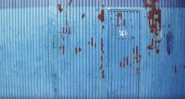 Tras una puerta azul por no tener los papeles en regla