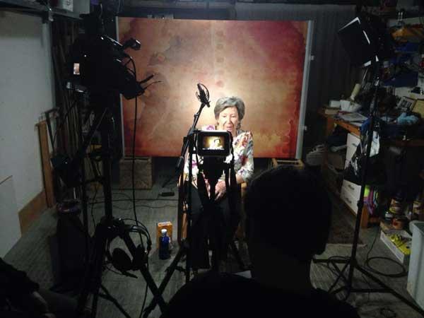 joana biarnés, durante el rodaje del documental