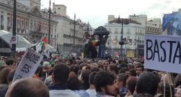 Miles de personas celebran en Sol el quinto aniversario del 15-M