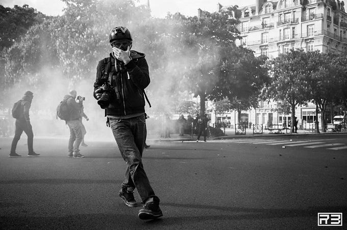 El foto periodista Francés NnoMan, cubriendo una protesta en París. FOTO: Rémi Brémond