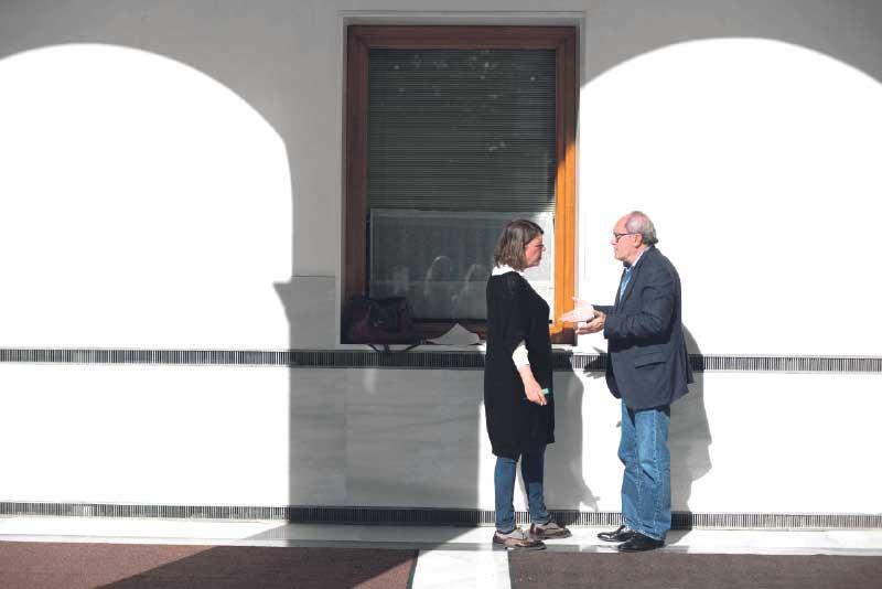 Cortés conversa con el número 2 del PSOE andaluz, Juan Cornejo. LAURA LEÓN IU