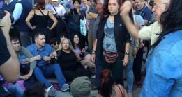 Un grupo de activistas antitaurinos bloquean la puerta de Las Ventas