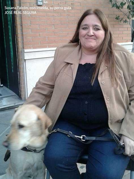 Susana Falcón, con Imelda, su perra guía. JOSÉ REAL SEGURA