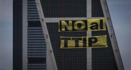 Greenpeace se sube a las torres Kio de Madrid contra el TTIP