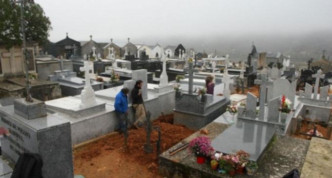 La ARMH entrega los restos de dos asesinados por el franquismo a sus familiares en un acto en Villafranca del Bierzo