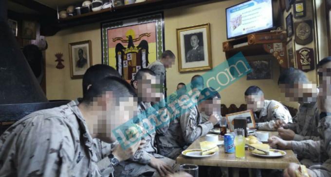 La Brigada Paracaidista del Ejército de Tierra almuerza entre símbolos franquistas