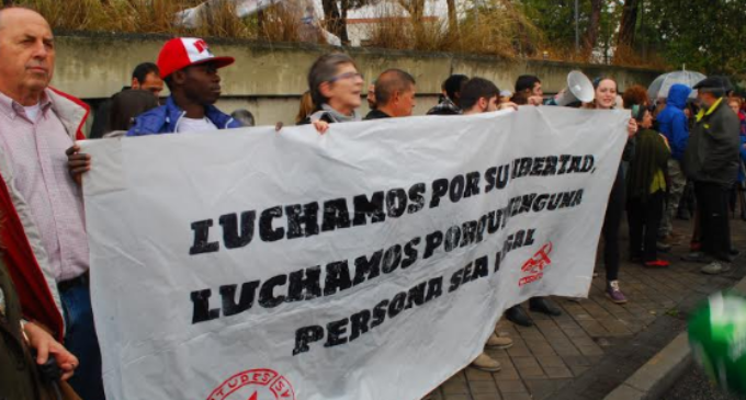 Las protestas en Madrid y Barcelona obligan a los ayuntamientos a actuar contra los CIE