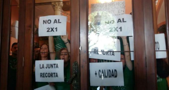 """La lucha de los interinos en Andalucía: """"Estamos en la calle por ahorrarse unos maestros por colegio"""""""