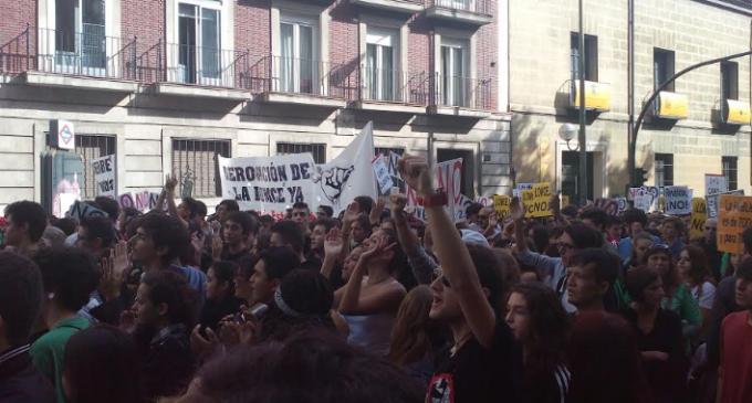 Miles de estudiantes se manifiestan contra las reválidas