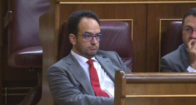 Pablo Iglesias escupe sobre la tumba del PSOE