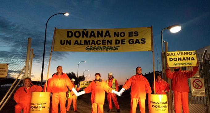 Greenpeace protesta en las instalaciones de Gas Natural en Doñana