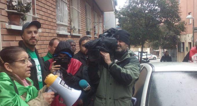La PAH aplaza el desahucio de Amilcar y su familia