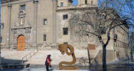 Colectivos feministas de Zaragoza tildan de humillante la escultura 'Víctima' contra la violencia machista