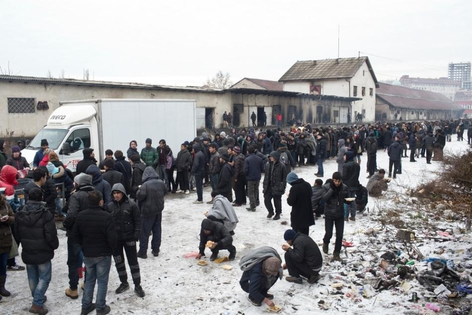 Cola de refugiados en Belgrado. I LA MAREA