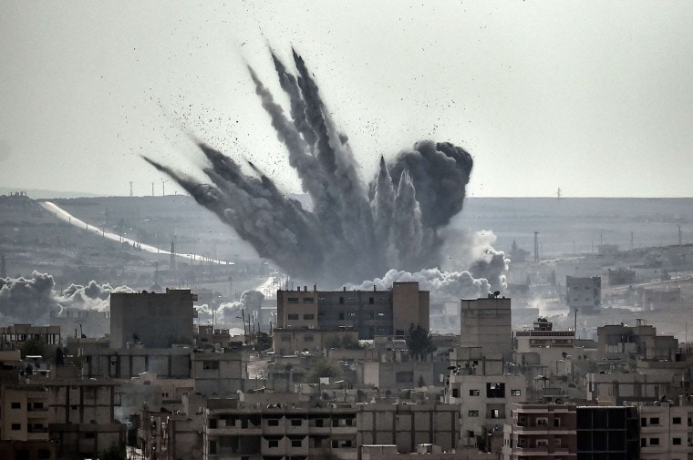 Un proyectil explota sobre la localidad siria de Kobane. FOTO: ARIS MESSINIS (2014).