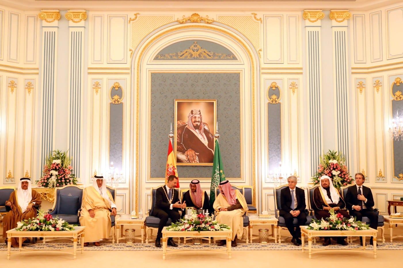 En el centro, el rey Felipe VI junto a Salman Bin Abdulaziz Al-Saud, rey de Arabia Saudí. FOTO: CASA REAL.