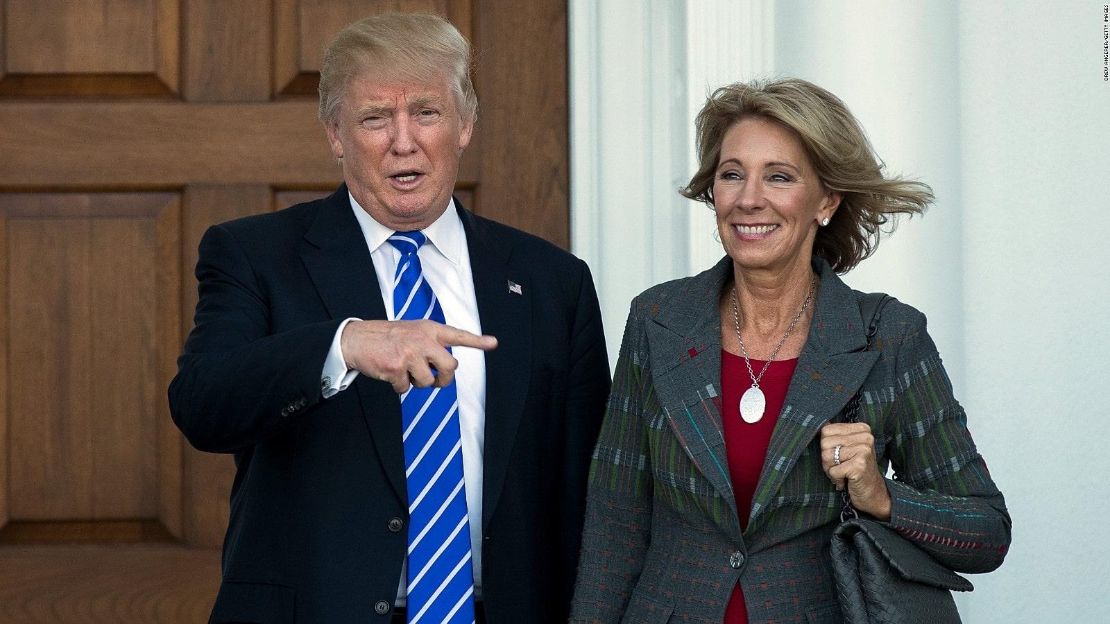 Betsy DeVos junto a Donald Trump I La Marea
