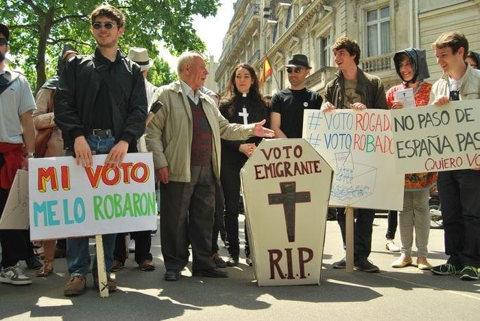 Protesta de Marea Granate contra el voto rogado frente al consulado de España en París.