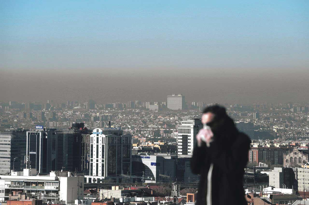 La boina de contaminación es una imagen frecuente en el cielo de Madrid. FERNANDO SÁNCHEZ