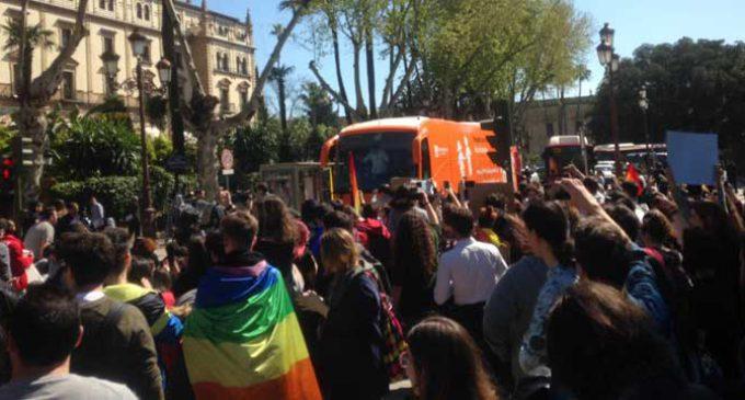 La Policía saca el autobús de Hazte Oír de Sevilla