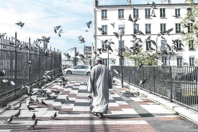 Un musulmán pasea por una calle de París. FOTO: TERESA SUÁREZ.