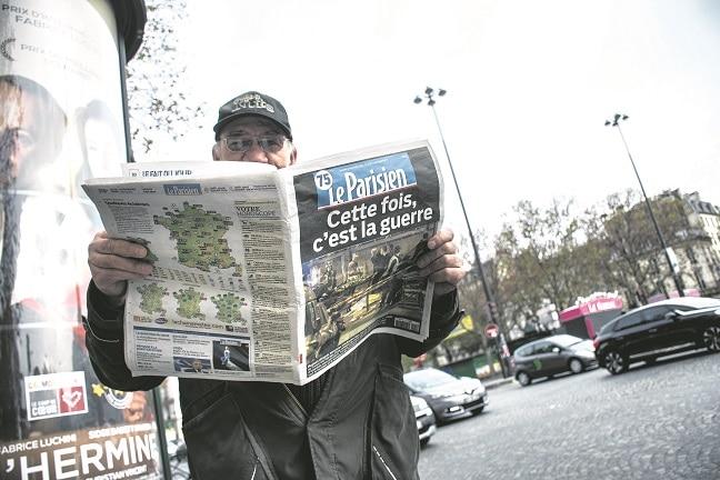 Un hombre se informa sobre los atentados terroristas de París en 2015. FOTO: TERESA SUÁREZ.