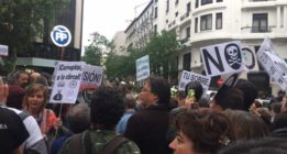 Cientos de personas se manifiestan frente a la sede del PP