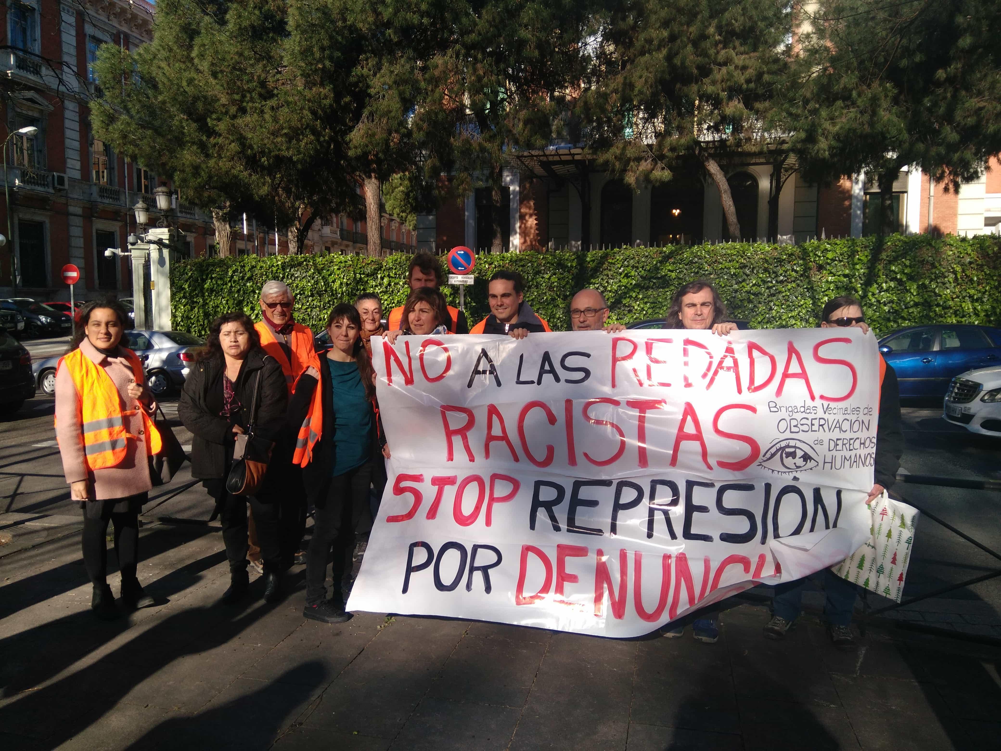 Miembros de las Brigadas Vecinales de Observación de los Derechos Humanos frente al Ministerio de Interior.