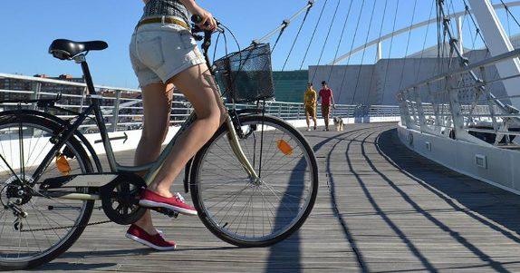 Medidas como la construcción de un carril bici o la pacificación de calles han impulsado una cultura ciclista en Zaragoza. / Zaragoza, la Ciudad de las Bicis