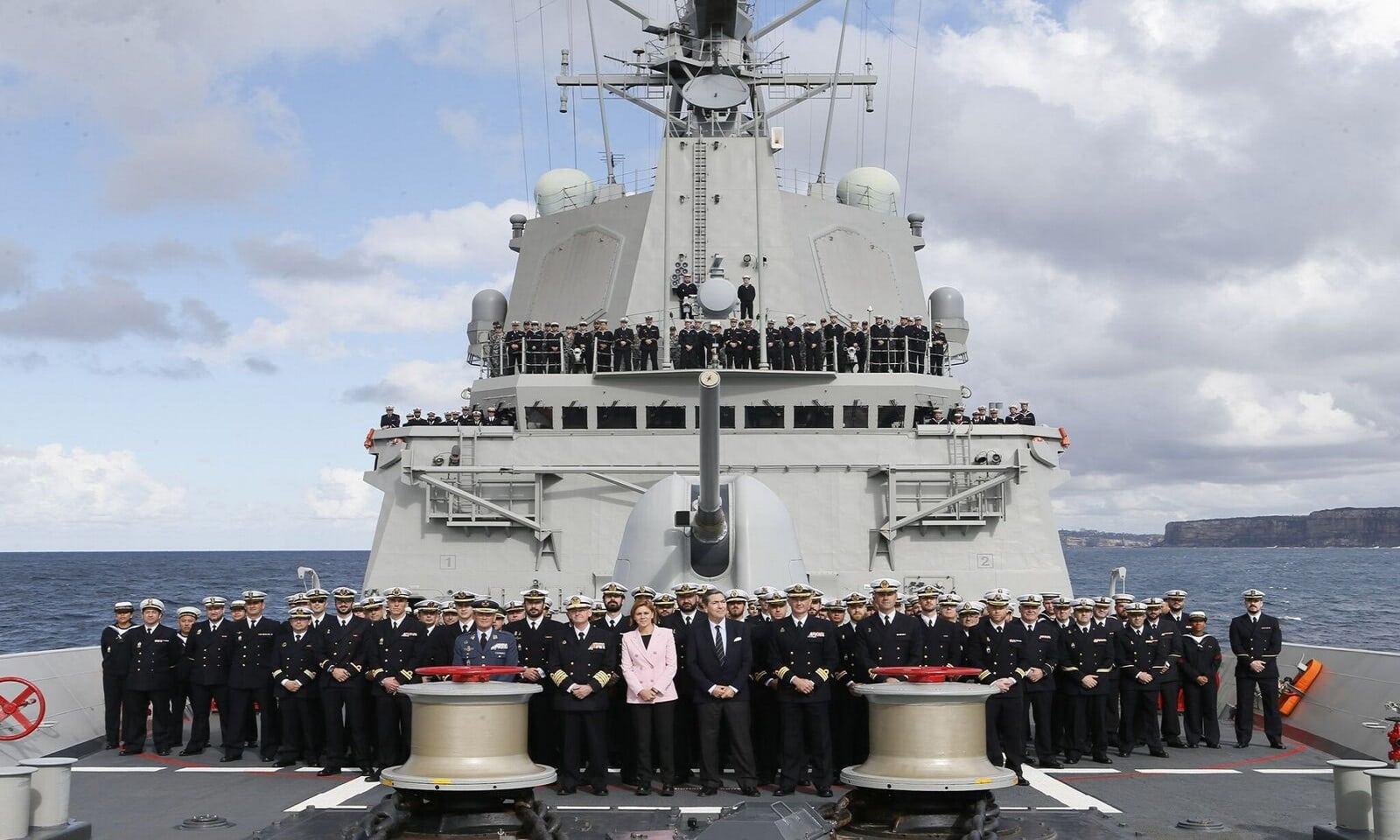 La ministra de Defensa, María Dolores de Cospedal, con la tripulación de la fragata Cristóbal Colón en Australia. Foto: Jose I. Gómez/MDE