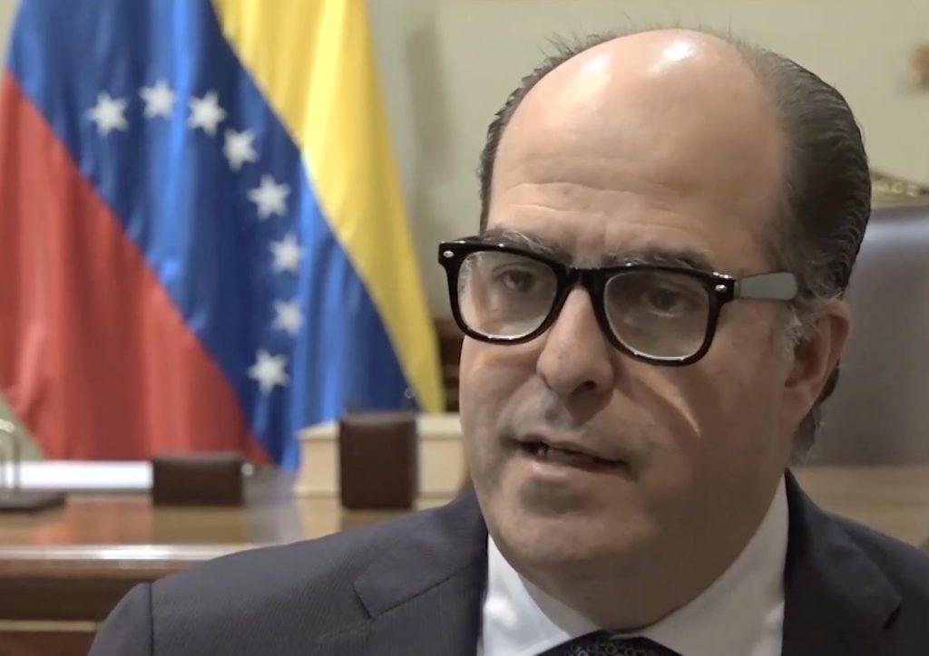El opositor Julio Borges, presidente de la Asamblea Legislativa, pide a las Fuerzas Armadas que retiren su apoyo a Nicolás Maduro. Foto: Reproducción/Agência Pública.