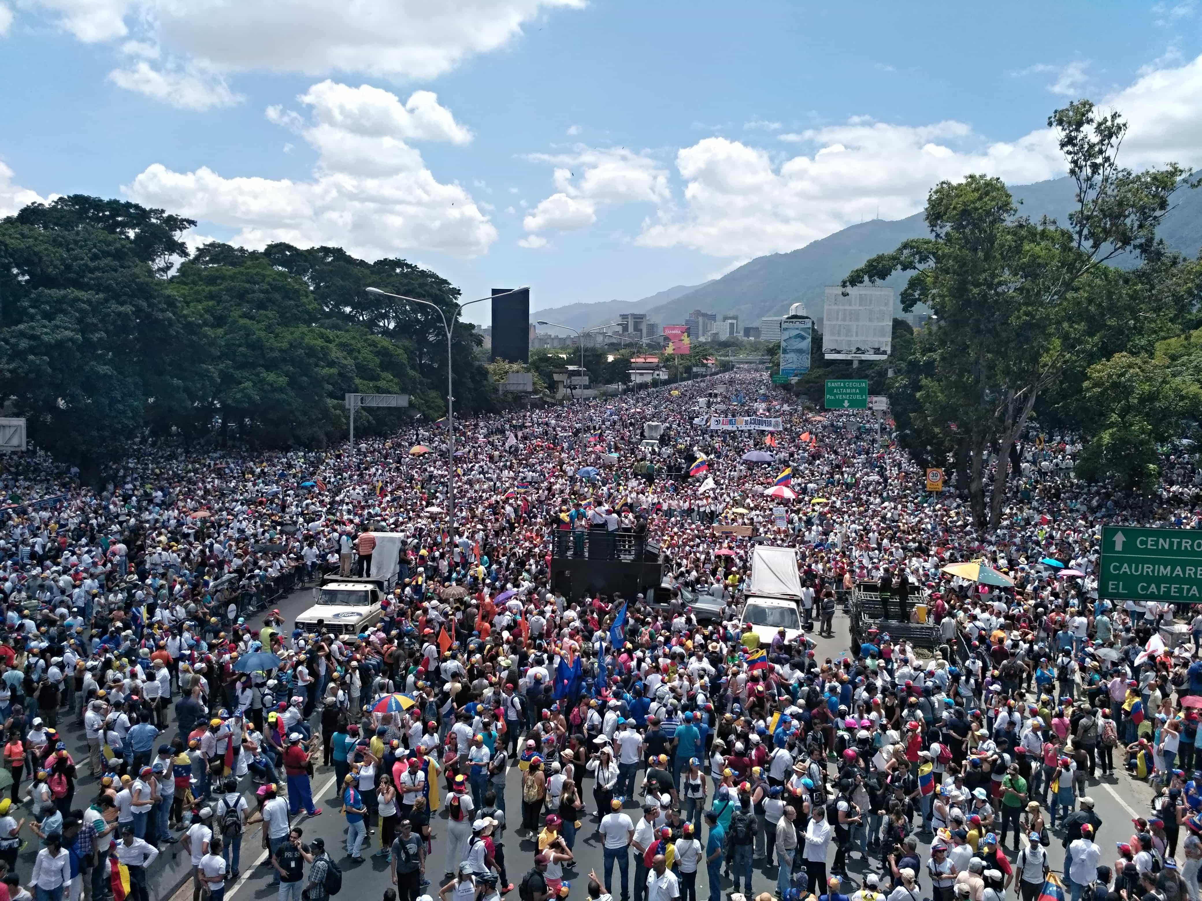"""Marcha """"Somos Millones"""" del pasado 20 de maio a su paso por la Autopista Francisco Fajardo. Foto: Miguel Rueda/Agência Pública."""