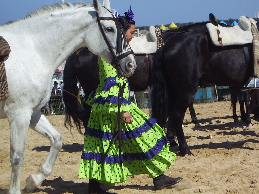 Una romera con su caballo en la romería del Rocío. Foto: A. Vicente Gil.