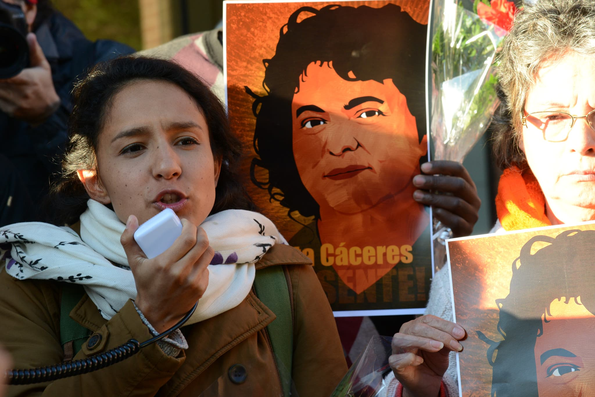 Bertita Zúnica Cáceres en una protesta tras el asesinato de su madre, Berta Cáceres. Foto: COPINH.