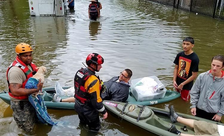 Miembros de la Guardia Nacional de Tejas evacúan a afectados por el Huracán Harvey. Foto: Tim Pruitt (GNT).