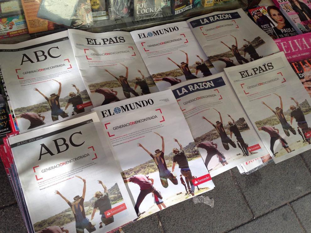 Medios como InfoLibre se hicieron eco de cómo Banco Santander compró las portadas de los principales periódicos españoles. Foto: Marta Semitiel.