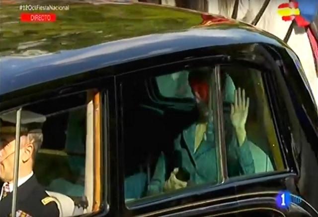 La reina Letizia saluda desde el Rolls Royce, el 12 de octubre de 2017. Imagen: RTVE