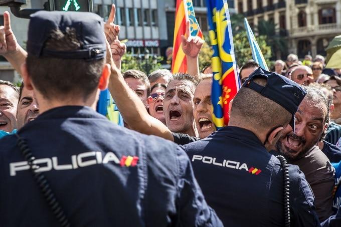 Insultos al paso de la comitiva de Compromís durante los actos oficiales del 9 de octubre de 2015 en Valencia. FOTO: JORDI BORRÀS.