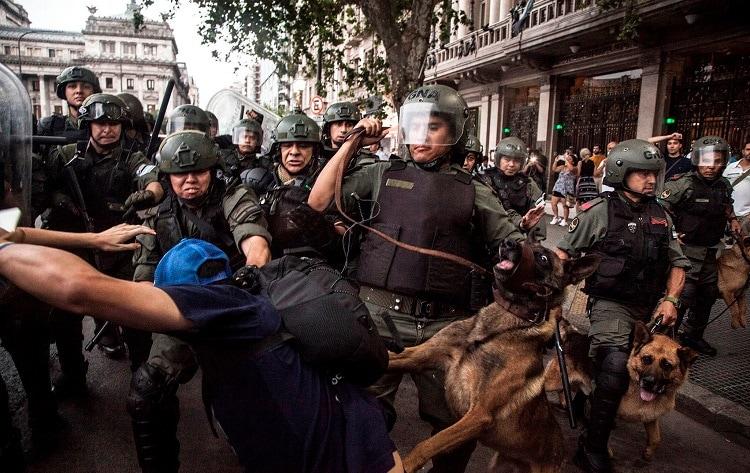 Manifestación contra los recortes de las pensiones frente al Congreso argentino. Foto: Pepe Mateos / Amnistía Internacional.