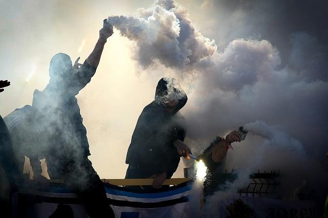 Ultras durante un partido de fútbol. Foto: Biso / CC BY 4.0.